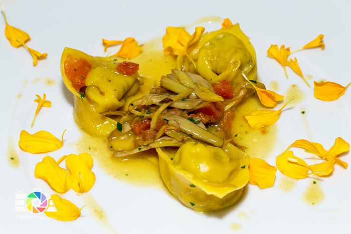 Ravioli ripieni di pancotto alle vongole, carciofi, concasse di pomodoro e bottarga