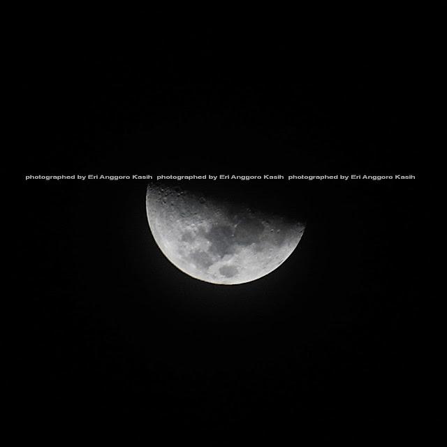 Bulan di atas langit Tasikmalaya.