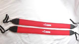 Strap atau tali kamera harus selalu terpasang dengan kencang