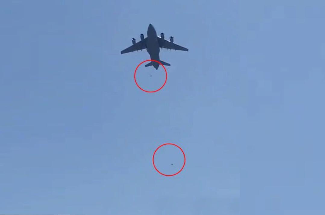 VIDEO: En la desesperación, afganos intentan aferrarse a aviones para escapar de los Talibanes y caen desde el aire