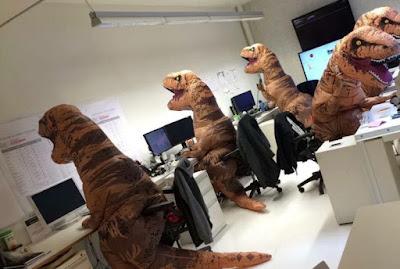 Lustiges Bild - Dinosaurier im Büro