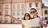 gambar turis bertanya membawa peta