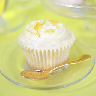Cupcakes Citron & Fleur de Sureau : Un cupcake léger, frais et moelleux. Son parfum délicieusement citronné relevé des notes florales et délicates du sureau ne manquera pas de vous séduire. Royal !