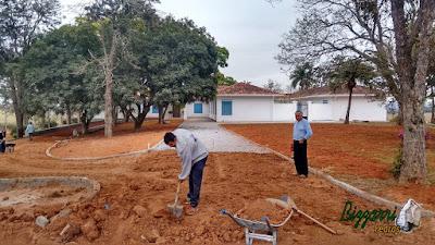 Bizzarri visitando a obra e orientando onde estamos fazendo as guias de pedra na rua onde vamos fazer o calçamento com pedrisco com execução do paisagismo em entrada da Fazenda em Atibaia-SP. 16 de agosto de 2016.