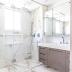 Banheiro revestido de porcelanato com duas bancadas e armários cappuccino com puxadores usinados!