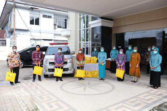 Viral Petang (02/04/2020) BANDAR LAMPUNG ----- Ketua Tim Penggerak PKK Provinsi Lampung Ibu Riana Sari Arinal menyerahkan bantuan tahap awal kepada petugas di RSUD Abdul Moeloek yang terus berupaya memutus penyebaran virus Covid-19 di Provinsi Lampung.