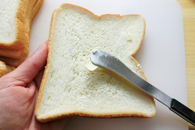 食パン4枚の片面にバターを薄く塗ります。