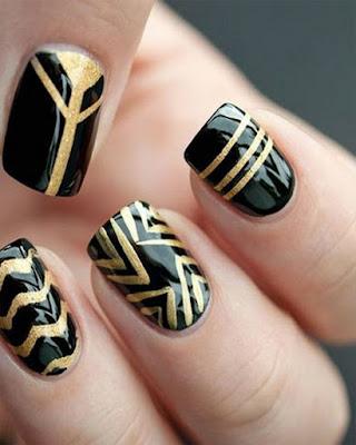 diseño de uñas a rayas doradas
