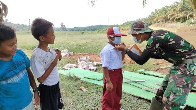 Cegah Covid-19, Satgas TMMD Sosialisasi dan Bagikan Masker Kepada Murid SD