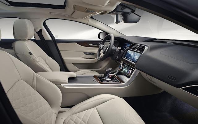 Ghế lái chỉnh điện tùy chọn nhiều hướng và ghế sau gập mở linh hoạt