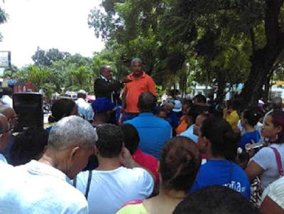 Resultado de imagen para Decenas de profesores protestan en Barahona frente al Distrito Educativo
