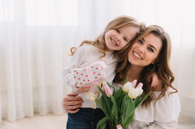Aşk Aile Kadın Kız Ev Anne Çocuk Anne Kadın Yaşam tarzı İlişki Ev halkı Yatay Ebeveynlik anne Kız evlat Kucakladı