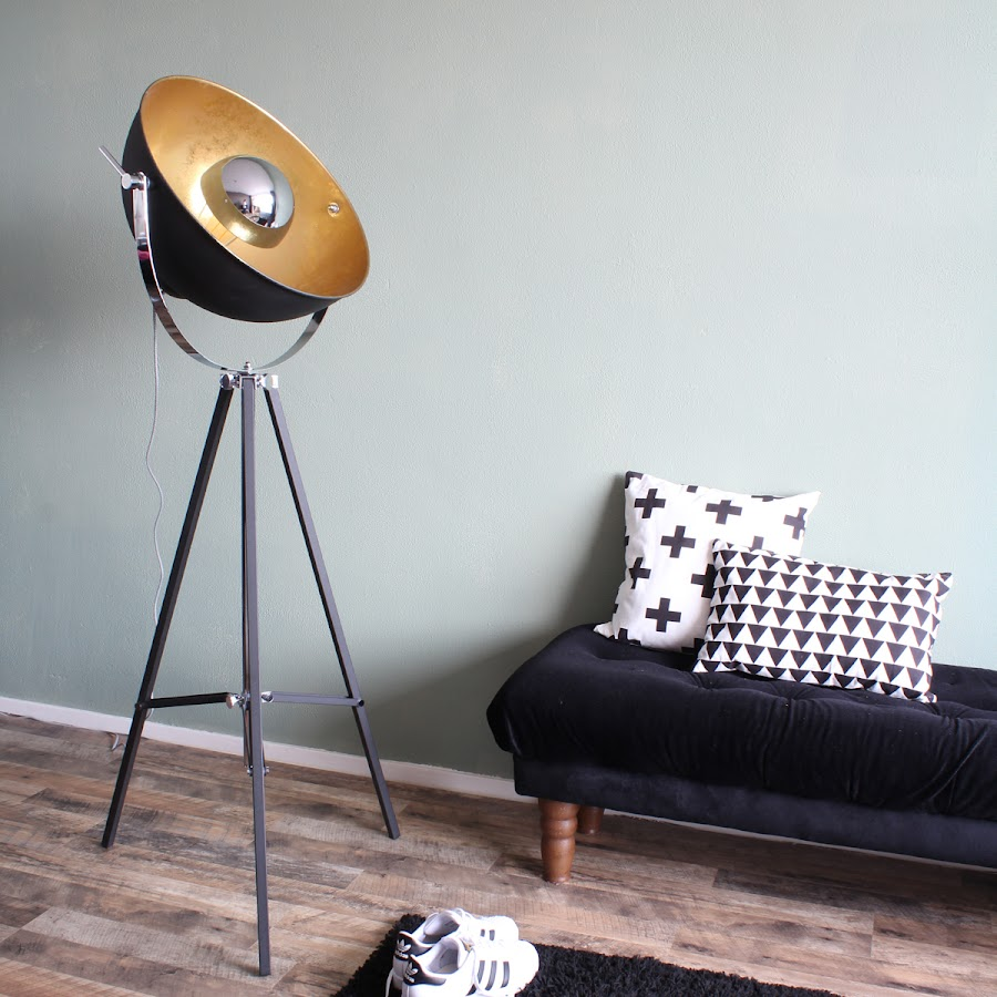 Lámpara de pie de aspecto industrial trípode tipo foco cinematográfico