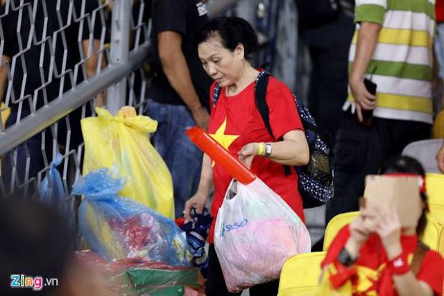 Cổ động viên Việt Nam dọn rác ảnh 6