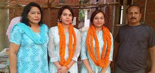 अफसर बेटियों का हुआ धूमधाम से स्वागत   #NayaSaberaNetwork