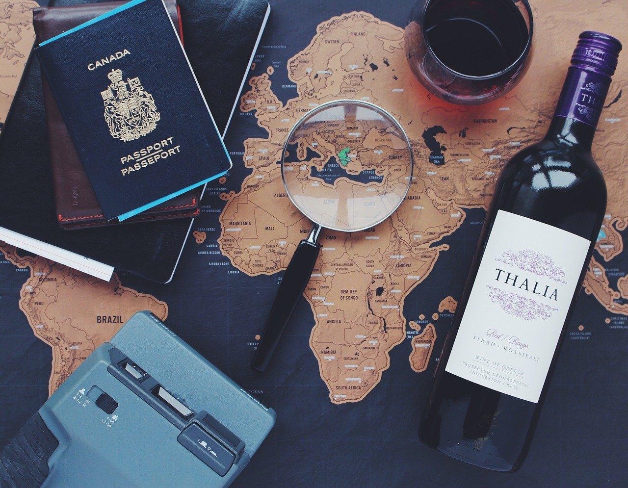 passaporte, mapa, vinho e taça