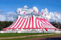 Büyük bir sirk çadırı