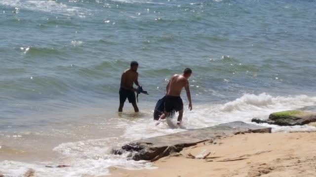 du khách nhặt rác trên bãi biển