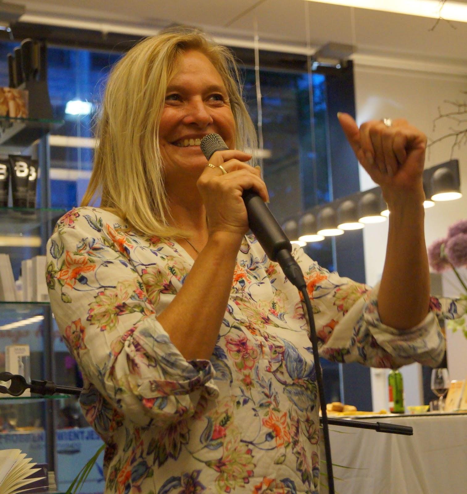 Lesendes Katzenpersonal: [Lesung] Susanne Aernecke stellt \