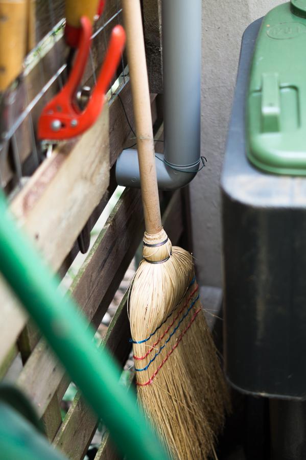 Blog + Fotografie by it's me! | fim.works | DIY: Unterstand für Mülltonnen und Schubkarre bauen | Fallrohr und Reisigbesen