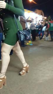Hermosa mujer piernas sexys vestido entallado