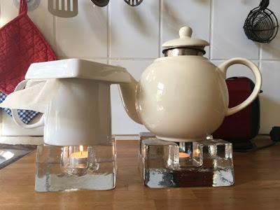 Teekannen auf Stövchen