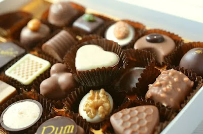 eating-chocolate-relaxes-brain