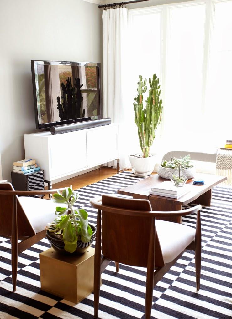 我們看到了。我們是生活 家。 舒適美麗的藍沙發,是美國知名室內設計師emily Henderson的選擇!