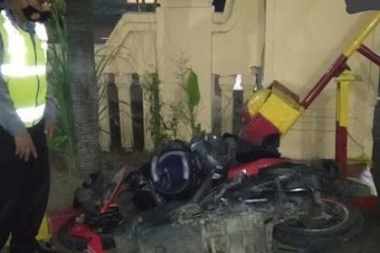 Diduga Ngantuk, Pengemudi Motor di Jombang Tabrak Truk Tronton dari Belakang