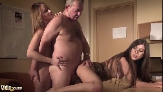 Sexo menage com velho comendo duas mulheres mais novas