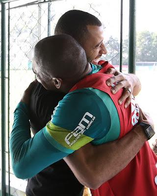 Victor Hugo volta no Palmeiras e reencontra amigos