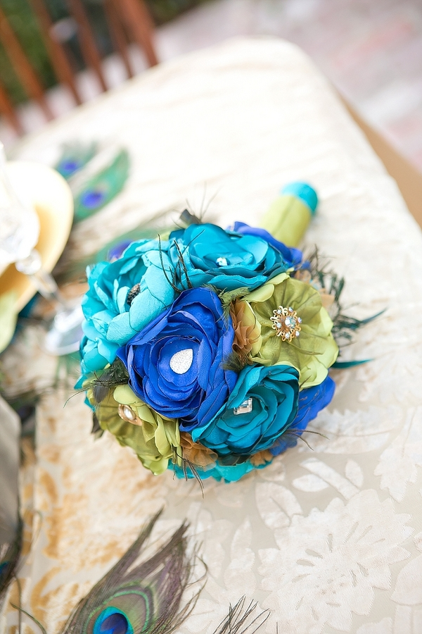 feather+wedding+theme+inspiration+blue+teal+turquoise+beige+champagne+green+reception+table+centerpiece+table+place+setting+escort+card+cards+bouquet+bridesmaids+dresses+bridal+dress+gown+meghan+wiesman+photography+20 - Show your feathers!