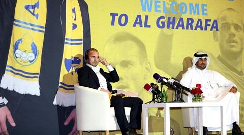 Sneijder trong buổi họp báo gia nhập Qatar