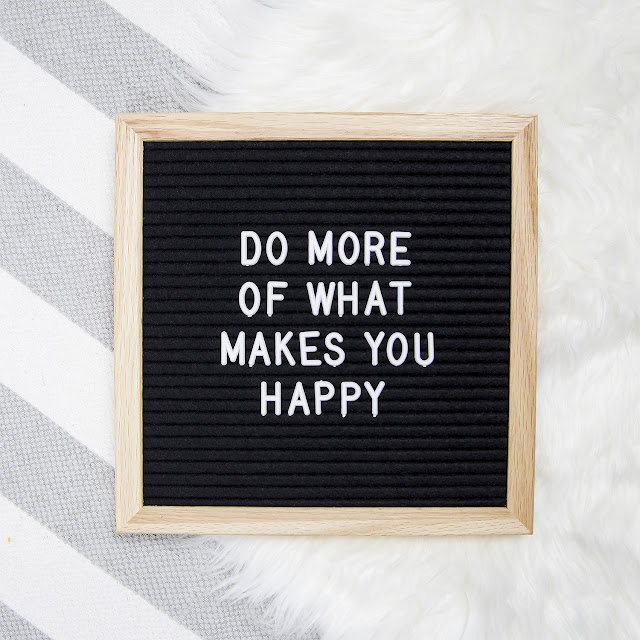 panneau où est écrit do more of what makes you happy