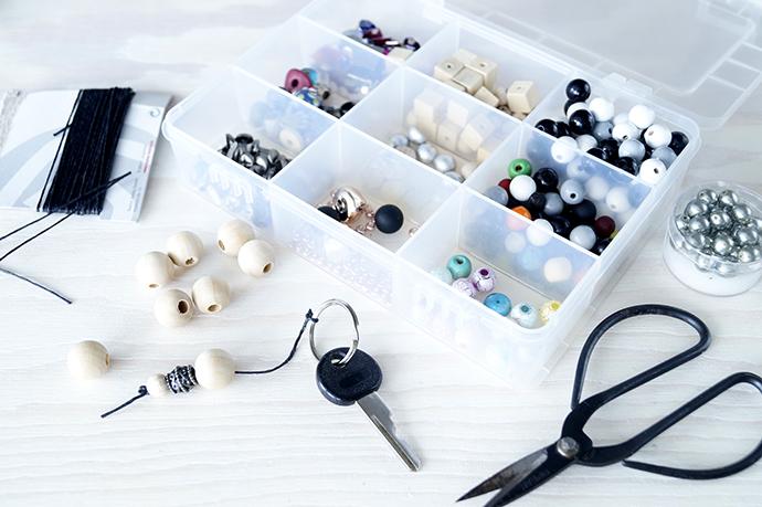 Box mit verschiedenen Perlen, Schlüsselring, Schere