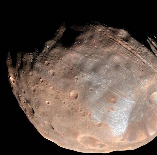 Hubble Space Telescope photo of Martian moon Phobos