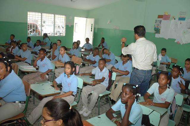 25 mil maestros de escuelas públicas no han cobrado