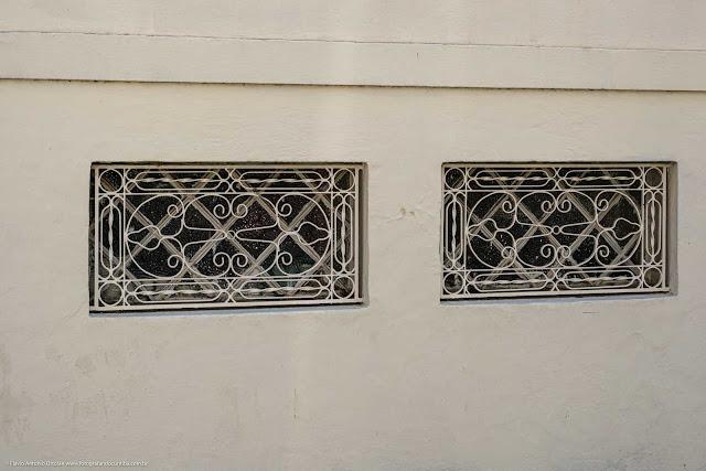 Grade com bonito trabalho de serralheria em janela de porão