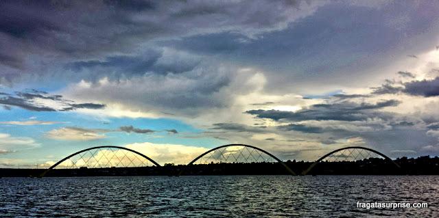 Passeio de barco no Lago Paranoá ao pôr do sol