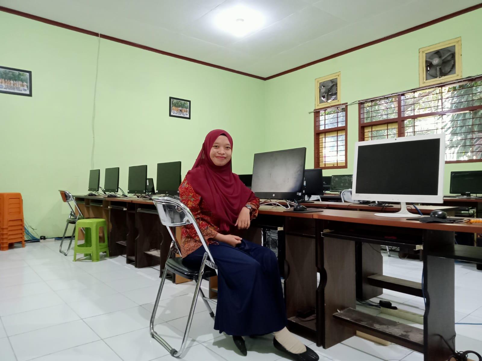 Dina Maulidiyah Staff TU SMPN 1 Pakis
