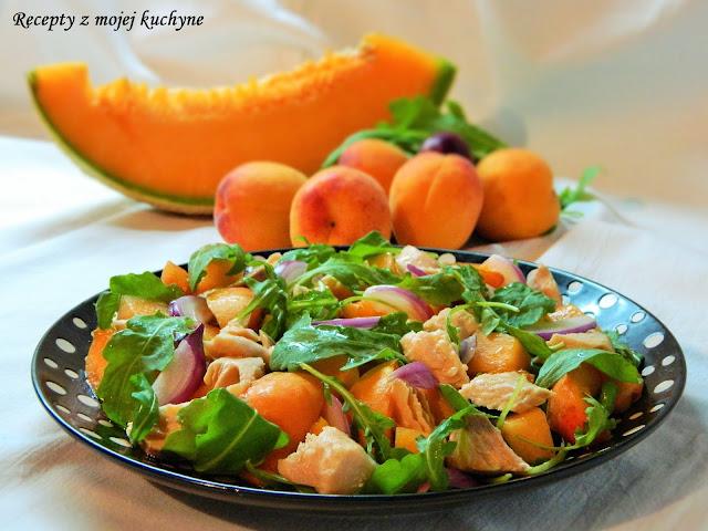 Šalát s lososom, rukolou a ovocím