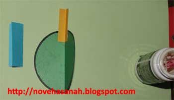menempelkan persegi kecildi bagian depan tubuh burung juga sesuai garis lipatan