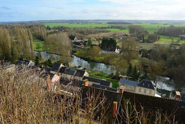 Du haut du village, on domine le Loir de 60 mètres et la vue s'étend sur les bocages. On distingue de l'autre côté de la rivière la belle église à fresques de Saint-Jacques-des-Guérets.