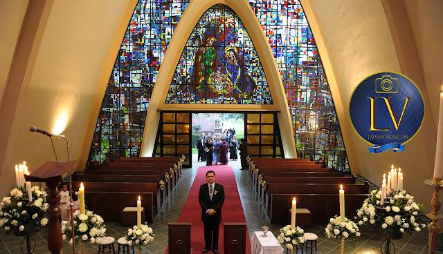 Novio esperando en la iglesia