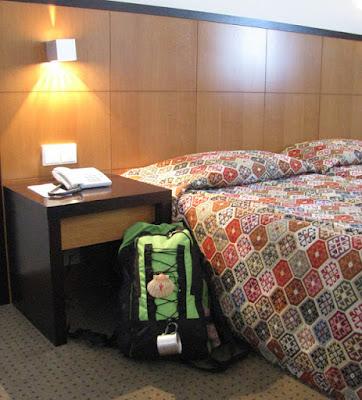 mochila de peregrino de Santiago encostada em cama de hotal