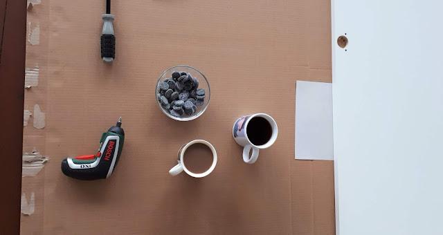 muutto, muuttaminen, paluumuutto, pahvilaatikkopino, konmari, vaatekaappi, vaatekaapin kokoaminen, ikea, kahvi, salmiakki, ruuviväännin