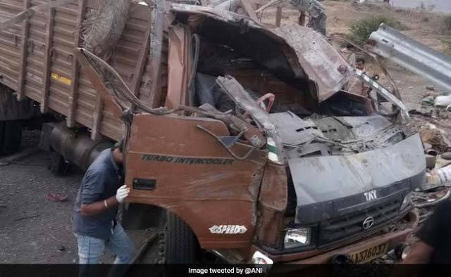 Mumbai Bengaluru Highway Par Barrier Main Ghusa Tez Raftaar Truck