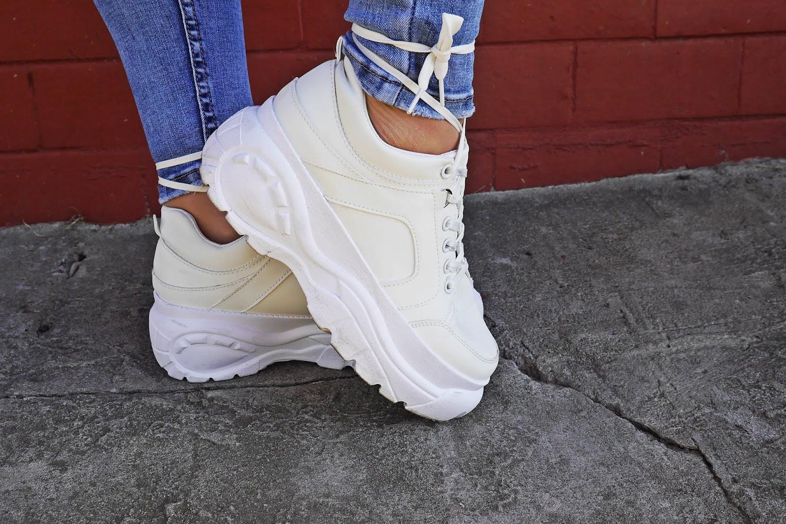 białe sneakersy na platformie renee niebieskie spodnie marynarka karyn blog modowy blogerka modowa