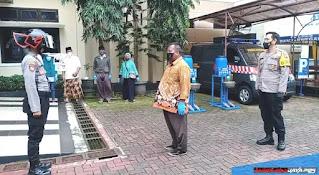 UNIK Helm Gatotkaca Polres Banjarnegara Cek Suhu Tubuh