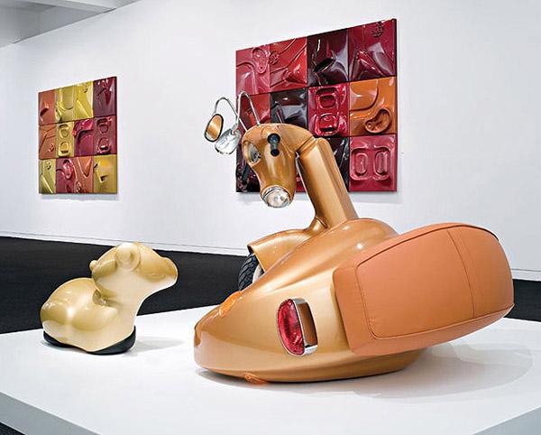 Escultura hecha con motocicleta.